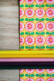 Kulöra blyertspennor och blom- bakgrund Royaltyfria Bilder