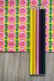 Kulöra blyertspennor och blom- bakgrund Royaltyfri Fotografi