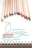 Kulöra blyertspennor och dragit Arkivbilder