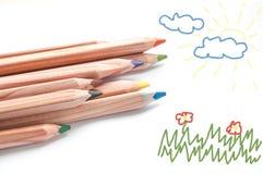 Kulöra blyertspennor och skissar blocket Royaltyfri Bild