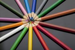 Kulöra blyertspennor på den svarta plexiglassen Royaltyfria Foton