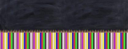 Kulöra blyertspennor på en svart tavla illustration 3d royaltyfri illustrationer