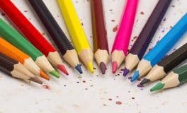 Kulöra blyertspennor på ett sönderrivet papper Royaltyfria Bilder