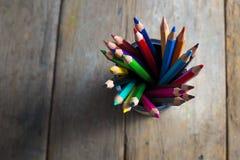 Kulöra blyertspennor på trä Royaltyfri Foto