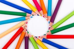 Kulöra blyertspennor på vit bakgrund Royaltyfria Bilder