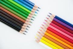 Kulöra blyertspennor, på vit bakgrund Arkivfoto