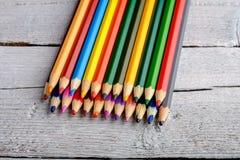 Kulöra blyertspennor på vit gammal träbakgrund Arkivfoto
