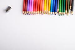 Kulöra blyertspennor på vit gammal träbakgrund Top beskådar Arkivfoto