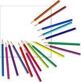 Kulöra blyertspennor på vitt papper Arkivbild