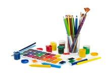 Kulöra blyertspennor, pennor för filtspets, chalks, borstar och målarfärg för PA Royaltyfria Bilder