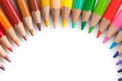 Kulöra blyertspennor som är ordnade som båge Royaltyfria Bilder