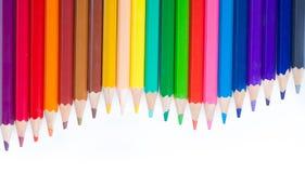 Kulöra blyertspennor som är ordnade som vågor Royaltyfri Bild