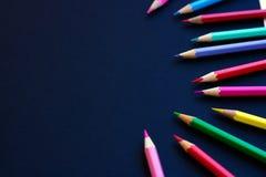 Kulöra blyertspennor som isoleras på en svart bakgrund Royaltyfri Bild