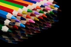 Kulöra blyertspennor som isoleras på svart bakgrund med reflexion Royaltyfri Fotografi