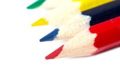 Kulöra blyertspennor som isoleras på vit bakgrundstextur Royaltyfria Bilder