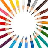 Kulöra blyertspennor som staplas i en cirkel Royaltyfri Bild