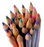 Kulöra blyertspennor som tillsammans buntas Arkivbild