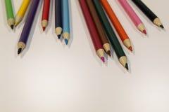 Kulöra blyertspennor spridd överkant arkivbilder