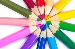 Kulöra blyertspennor uppställda i cirkel Royaltyfri Foto