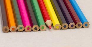 Kulöra blyertspennor vässade rött Arkivfoto