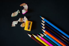 Kulöra blyertspennor, vässare och shavings Royaltyfria Foton