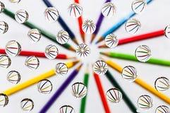 Kulöra blyertspennor, vattendroppar Royaltyfri Bild
