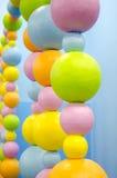 Kulöra bollar av olika format Rader av pärlan abstrakt bakgrund Royaltyfri Foto