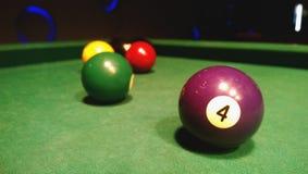 Kulöra bollar för leken på pölbiljarden Fokusen i förgrunden Arkivfoton