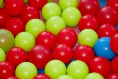 Kulöra bollar på lekplatsen Arkivfoto