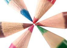 kulöra crayonblyertspennor Arkivfoto