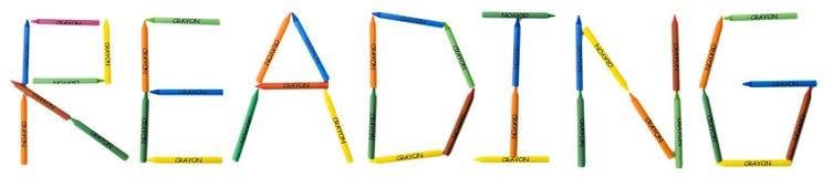 kulöra crayons som läser stavning Arkivfoto
