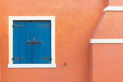 Kulöra dörrar och fönster royaltyfria foton