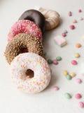 Kulöra donuts Arkivfoton