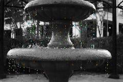 Kulöra droppar från springbrunnen Royaltyfri Bild