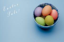 kulöra easter ägg på ett tefat lyckliga easter Royaltyfri Bild