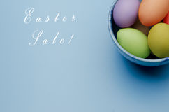 kulöra easter ägg på ett tefat lyckliga easter Royaltyfri Fotografi