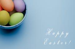 kulöra easter ägg på ett tefat lyckliga easter Arkivfoto