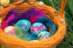 kulöra easter för korg ägg Arkivfoto