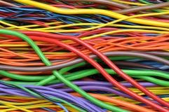 Kulöra elektriska kablar och trådar Royaltyfria Bilder