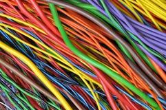Kulöra elektriska kablar och trådar Royaltyfri Bild