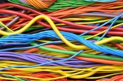 Kulöra elektriska kablar och trådar Fotografering för Bildbyråer