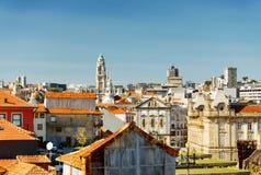 Kulöra fasader och tak av hus av Porto, Portugal Arkivfoto