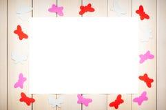 Kulöra fjärilar ut ur papper Arkivfoto