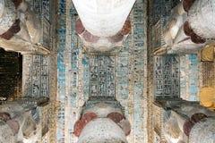 Kulöra frescoes på taket av en forntida tempel arkivfoton