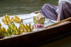 Kulöra frukter, i att sväva marknaden, fruktsäljare i Thailand, typisk thai sväva marknadsbakgrund arkivbilder