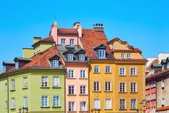 Kulöra gamla européhus i Warszawa royaltyfri foto