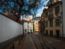 Kulöra gator av gamla Lissabon funicular portugal royaltyfri bild