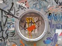 Kulöra grafitti på metalldörr Royaltyfri Fotografi