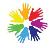 Kulöra händer i en cirkel Royaltyfri Bild