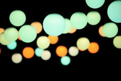 Kulöra hängeljus på en mörk bakgrund royaltyfri bild